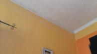 Padlástér felüli lakás szakértői vizsgálata a felette zajló építkezés során bekövetkezett leázások miatt perhez.